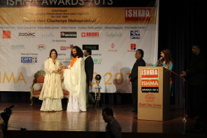Mrs Neera Sarin receiving International Spiritual Award for excellence in  Tarot Reading and Numerology for 2013 at Mumbai from Shri Hari Chaitanya Puri